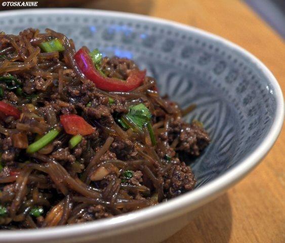 Das perfekte Glasnudelsalat mit Teriyaki-Rinderhackfleisch-Rezept mit einfacher Schritt-für-Schritt-Anleitung: Die Glasnudeln mit kochendem Wasser…