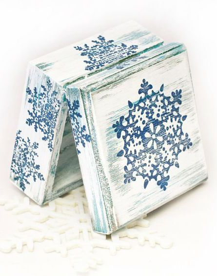 Caixa toda em provençal branca, e detalhes em stencil em azul em toda caixa por fora.