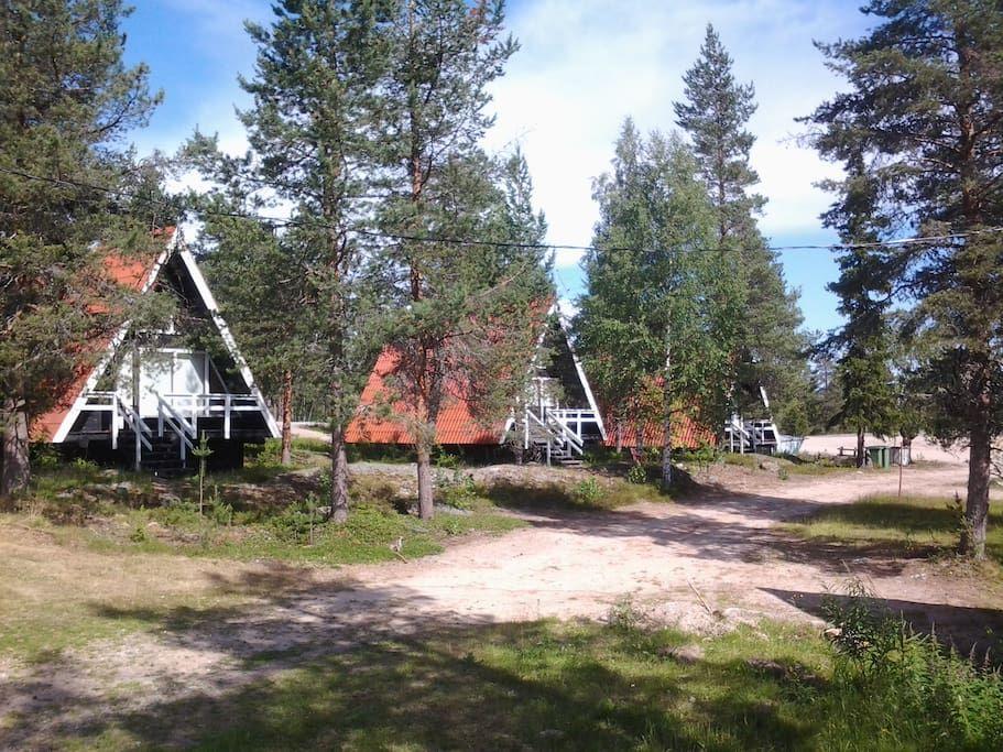 Cabin in Ylitornio, Finland. Neljän hengen mökki,sähkölämmitys,ilmalämpöpumppu,wc,suihku, kuivauskaappi,jääkaappi,keittolevy,kahvinkeitin,mikro,astiasto,tv, liinavaatteet,pyyhkeet.  Ylitorniolla Ainiovaaran huipulla, upeat näköalat, rauhallisella paikalla. Hotellipalvelut aiv...