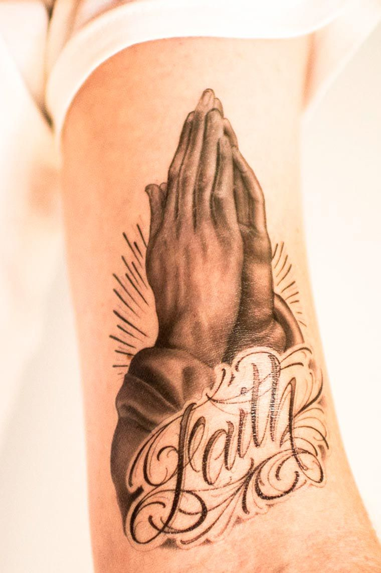 Tattoos for men praying hands tattoo you u des tatouages temporaires imaginés par des tatoueurs