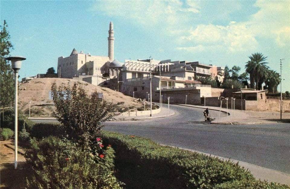 من تراث الموصل صورة لبطاقة بريدية جميلة جامع نبي الله يونس عليه السلام سنة 1978 وهي من اصدار مكتبة دار الحكمة في بغداد House Styles Photo Mansions