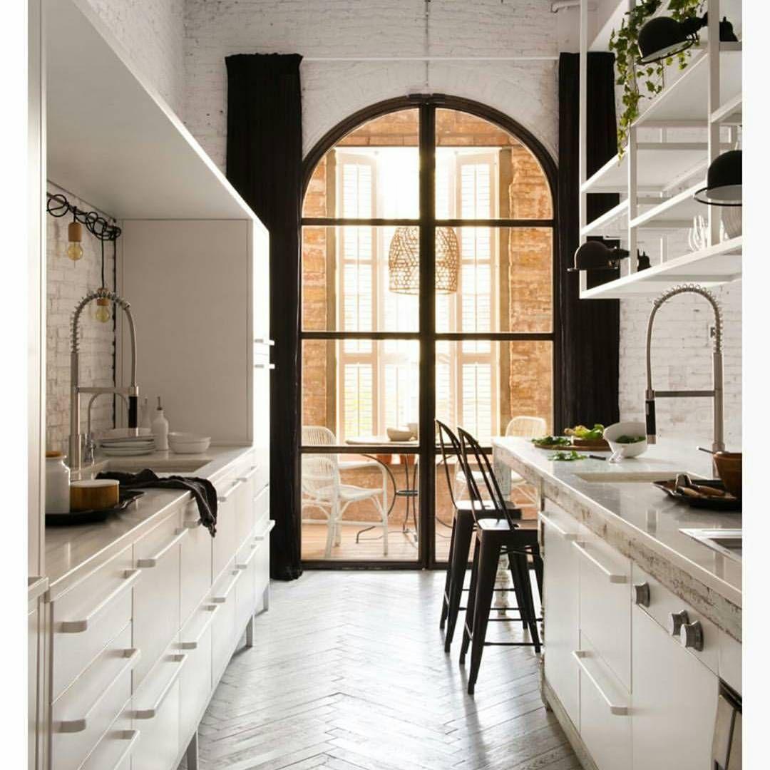 Cozinha em estilo industrial com banquetas Tolix com encosto. Tão na seção OFF, aviso logo 😉