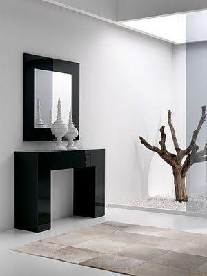 En este dormitorio se combina un elegante papel pintado for Espejos decorativos para pasillos