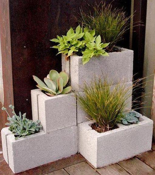 Los maceteros con bloques de cemento son una buena idea para lograr - maceteros para jardin