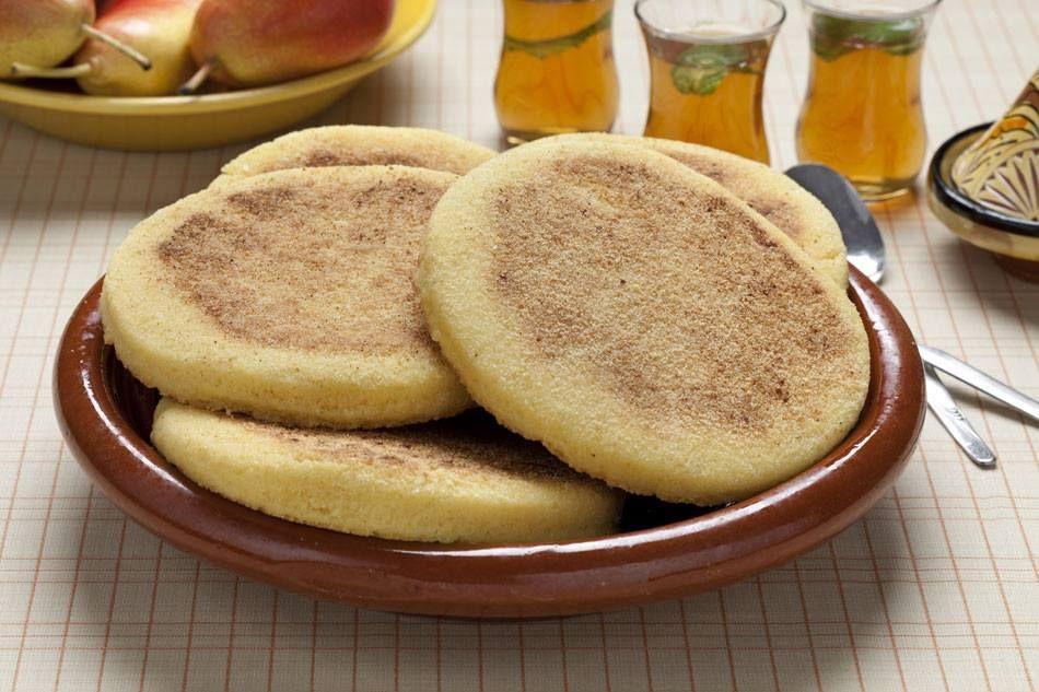 Direction le Maroc avec ces galettes à base de semoule avec une texture sableuse et fondante en bouche. Harcha est à servir chaude avec du miel, fromage ou confiture. Accompagnée d'un verre de thé ou une tasse de café, c'est un délice ! Ingrédients :...