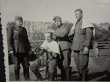 HEER SOLDIER'S HAIRCUTS AND SHAVES EAST FRONT  ~ original german WW2 photo #r58