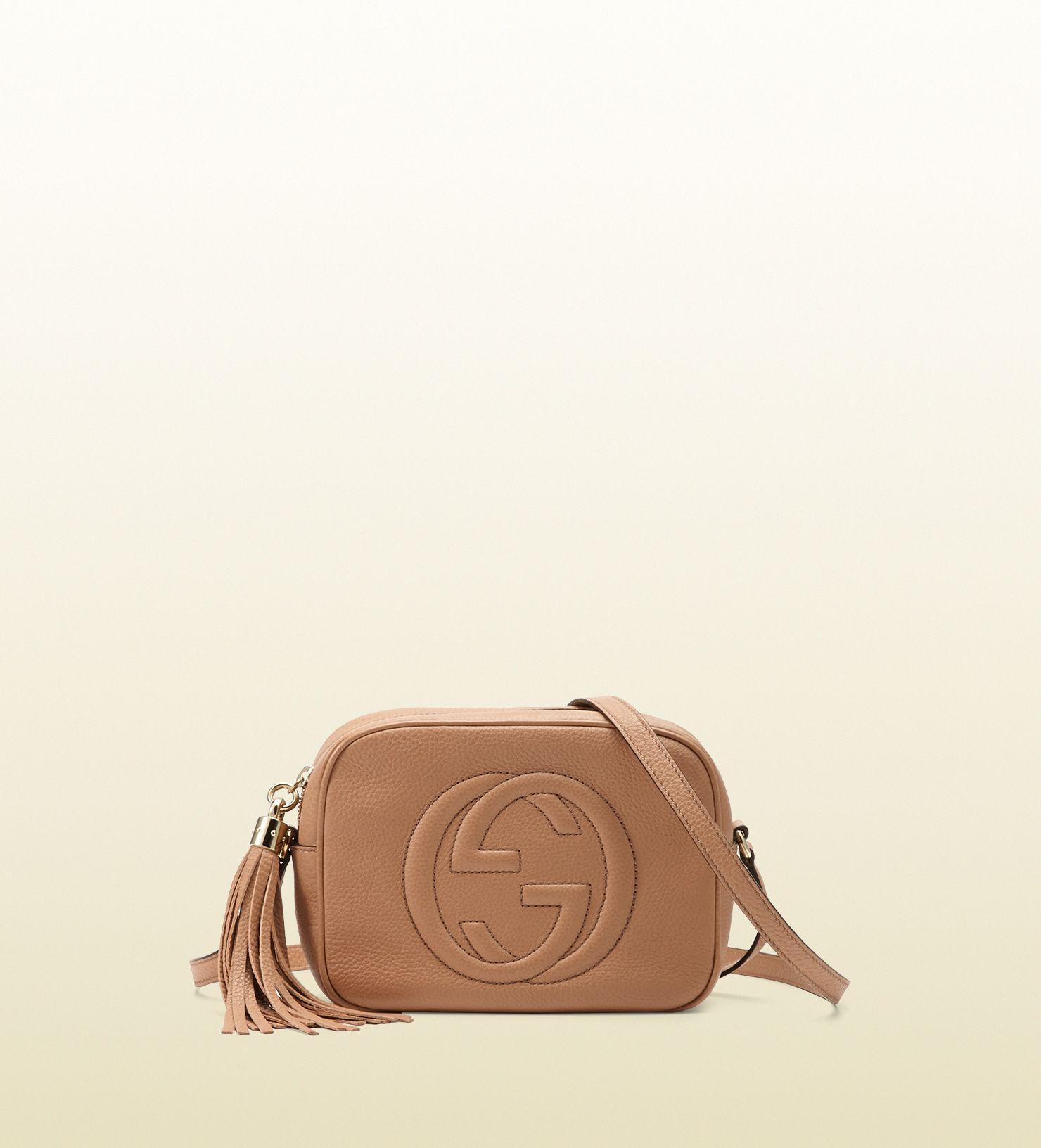 3e32855b025d Voir les Disco bag Soho petite taille en cuir Gucci. Sac à épaule compact,  agrémenté d une tirette pampille en cuir. D une taille idéale pour  accueillir vos ...