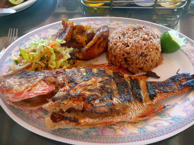 Comida Panameña Pescado Frito Platano Maduro Ensalada Y Arroz