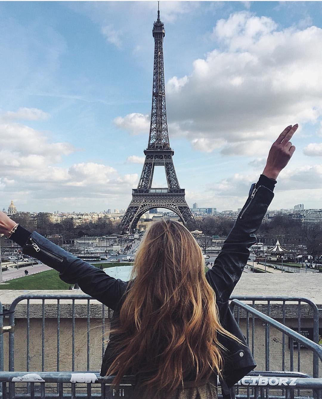 Картинка девушка возле эйфелевой башни