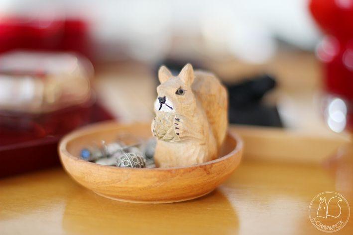 Oravanpesä: KÖYHÄN NAISEN PEILIPÖYTÄ.