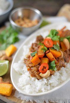 Dit recept voor een snelle Indiase curry met pompoen moet je echt een keer proberen. Het zoete van de pompoen gaat perfect samen met het licht pittige van de curry. Een heerlijk gerecht welke je binnen 30 (!) minuten al op tafel zet.