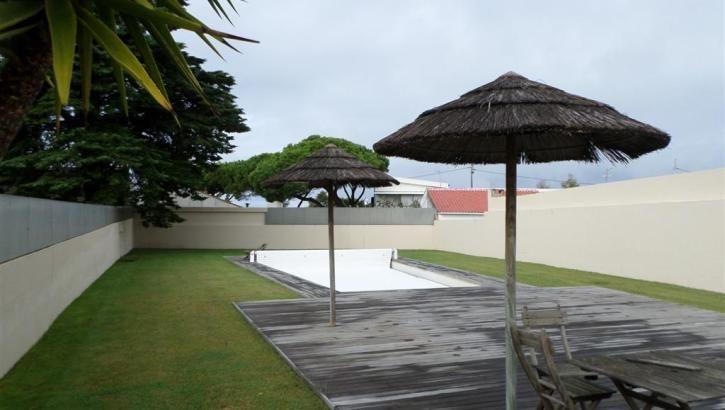 Imóveis a Venda em Cascais  -    Cascais / Bicuda –   moradia V4 em condomínio de apenas 2 moradias compostas por 2 pisos mais cave, com jardim e piscina, lavandaria, 2 arrecadações e garagem fechada para 4 carros. Localizada em zona residêncial junto ao Golf da quinta da Marinha. Área útil 200 m2, área de terreno, 400 m2, construção de 2007 #cascais #bicuda #moradia #venda #condominio . Ver mais...