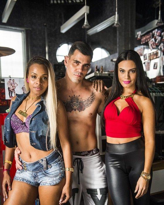 Juliano Cazarré posa como Merlô entre Ninfa (Roberta Rodrigues) e Alisson (Letícia Lima)  (Foto:  Globo/João Miguel Júnior)