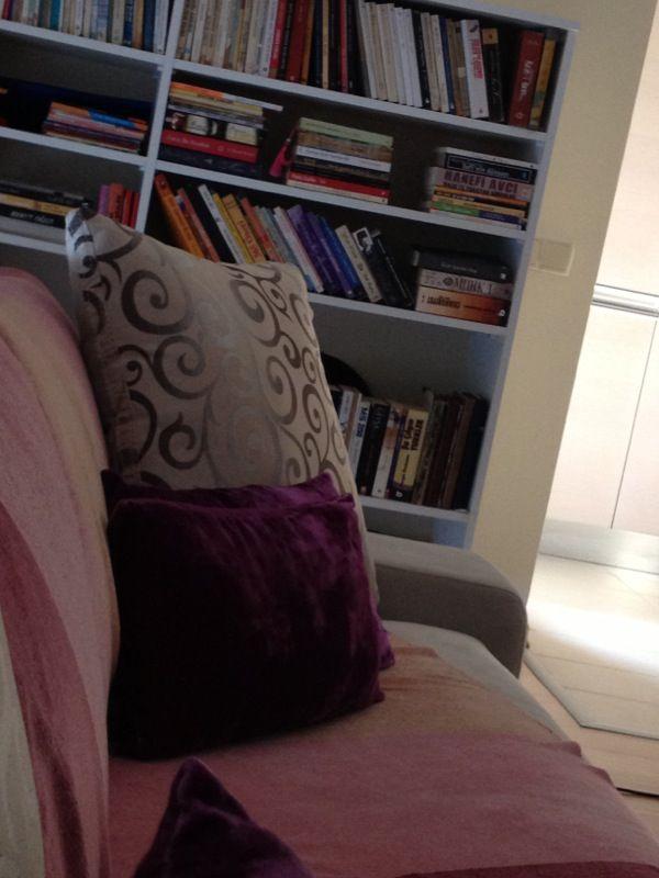 Minicik kitaplığım tabi tüm okuduklarım burda değil malesef bir zamanlar okuduğum kitapları ödüç verirdim ! Ki bunların hiç biri geri gelmedi :))