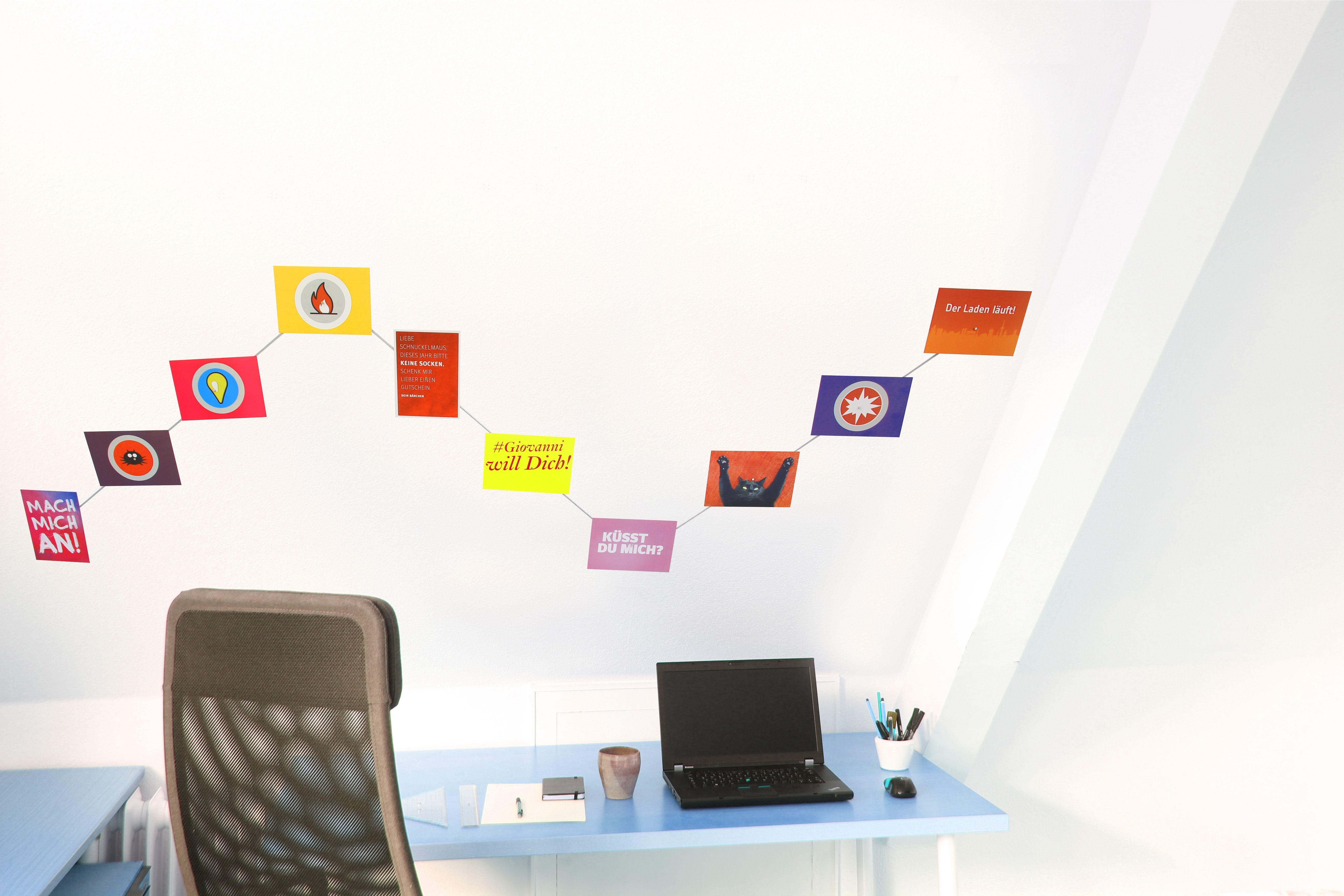 Ein Schöne Art Und Weise Mit Fotos Postkarten An Wand Zu Dekorieren