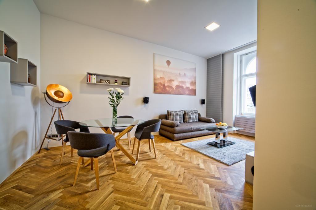 Superschönes, hochwertig ausgestattetes Wohnzimmer mit Parkettboden ...