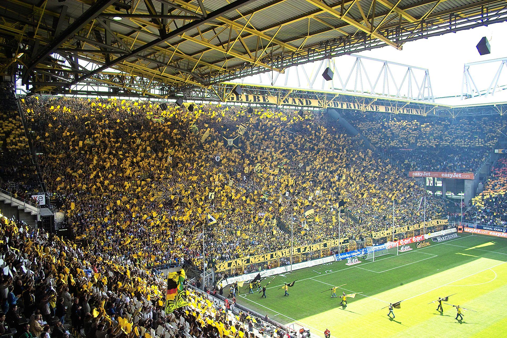 Die Thier Galerie Fiebert Wie Immer Mit Schaut Mal Vorbei Thiergalerie Dortmund Thiergaleriedortmund Bvb09 Football Stadiums Ultras Football Soccer Club