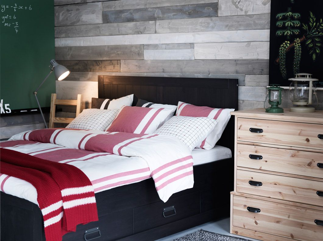 FJELL black bed with storage boxes and chest of drawers in solid pine with BJÖRNLOKA red quilt cover/pillowcases