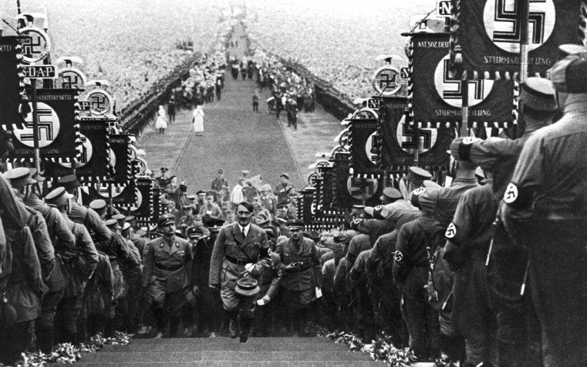 Adolf Hitler remontant les escaliers vers son pupitre à Nuremberg en septembre 1938