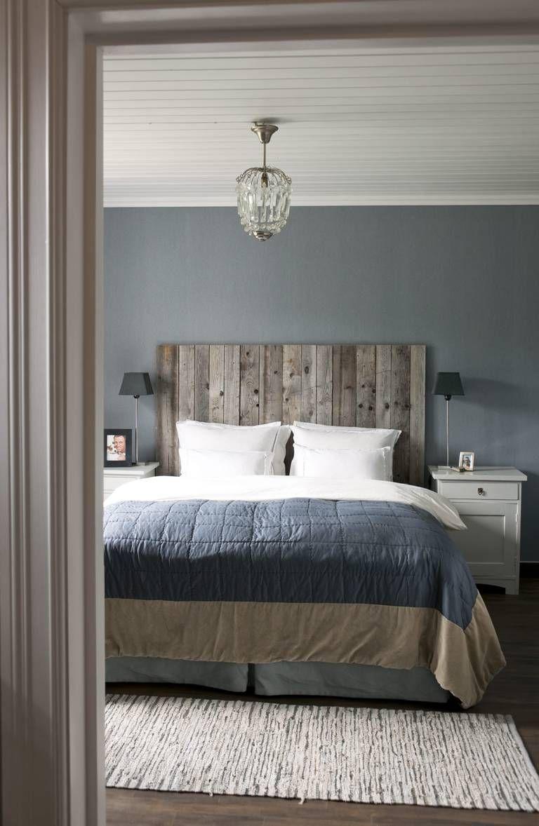 RØFF BAKGRUNN: Planker som er beiset og snekret sammen er blitt en fin sengegavl. Tapet er Linnen Collection Flamant fra Fargerike.