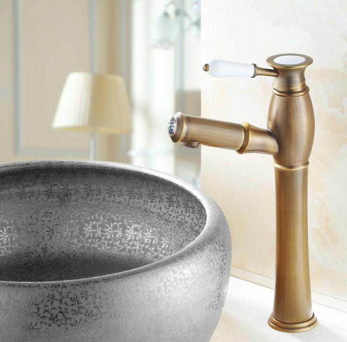 Vintage Badezimmer Waschbecken Mit Freistehendem Trog Mit Feinen  Verzierungen Und Freistehendem Wasserhahn Mit Holz Optik