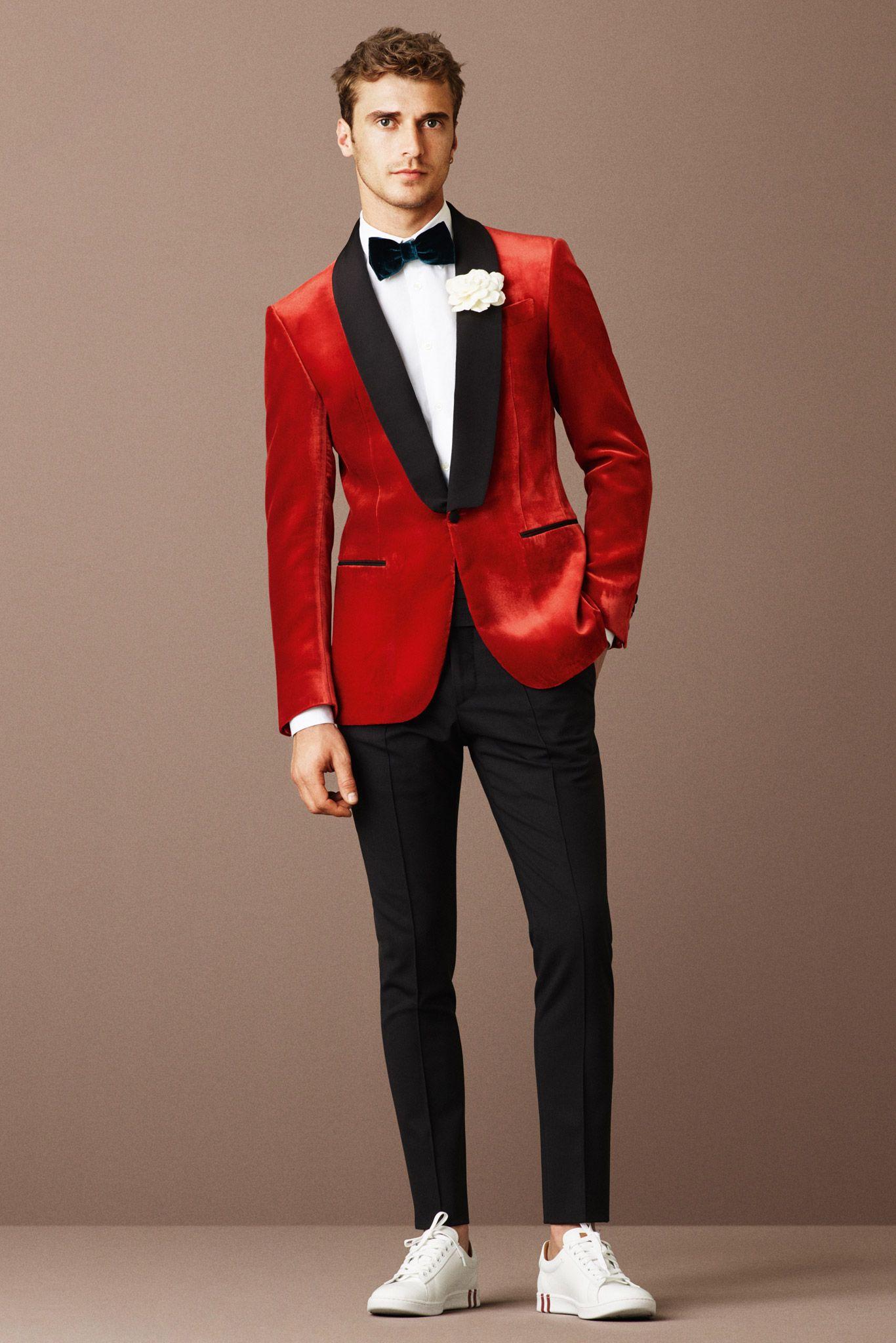 4a67df3a960f4 Um look jovem e divertido inclui mais cores e até um tênis. E brilharia  muito em um red carpet. Esse smoking vermelho é da Bally (Spring 2016)