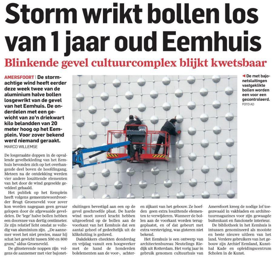 """Photo of Algemeen Dagblad 04042015: """"Sturm wrikt bollen los van 1 jaar oud Eemhuis"""""""