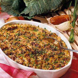 Wirsing putzen, waschen und in Streifen schneiden. Zwiebel schälen und würfeln. Das Gemüse in der Fleischbrühe garen, mit Curry abschmecken. Nudeln...
