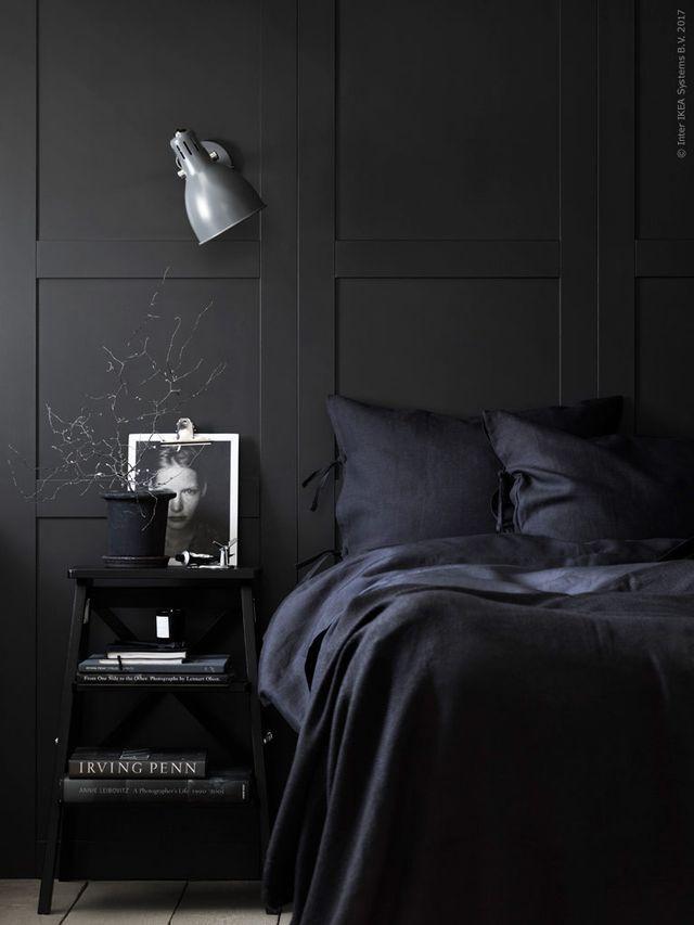 Total look noir dans cette petite chambre chic et intimiste