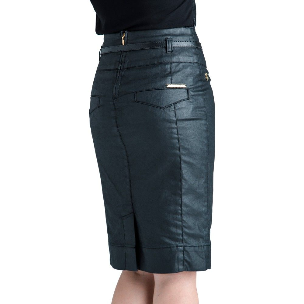 Prega fêmea (embutida) Prega curta e investida que se insere no meio da parte traseira ou lateral de uma saia, próximo àbainha, a  fim  de  proporcionar maior  mobilidade.  Foi  bastante  usada  por  estilistas  nas  décadas  de  40  e  50, quando estava em moda uma silhueta muito bem delineada.