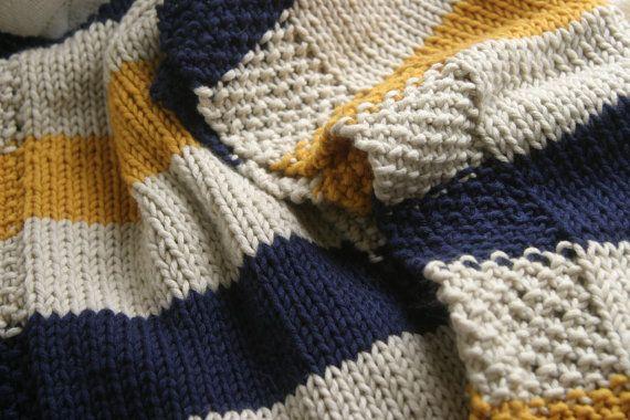 Se trata de una manta de bebé tejido de mano en colores azul marinos, crema y mostazas. La manta es punto de lavar a máquina y dryable hilado, debe tener un niño. La manta mide aproximadamente 3 pies de largo por 2 pies de ancho, lo que es el tamaño perfecto para envolver tu uno nuevo o mantener caliente en un asiento de coche. La manta alterna rayas crema después de cada amarillo o de raya Marina de guerra, lo que es un sobre todo crema color manta. Los bordes son de punto en una puntada de…