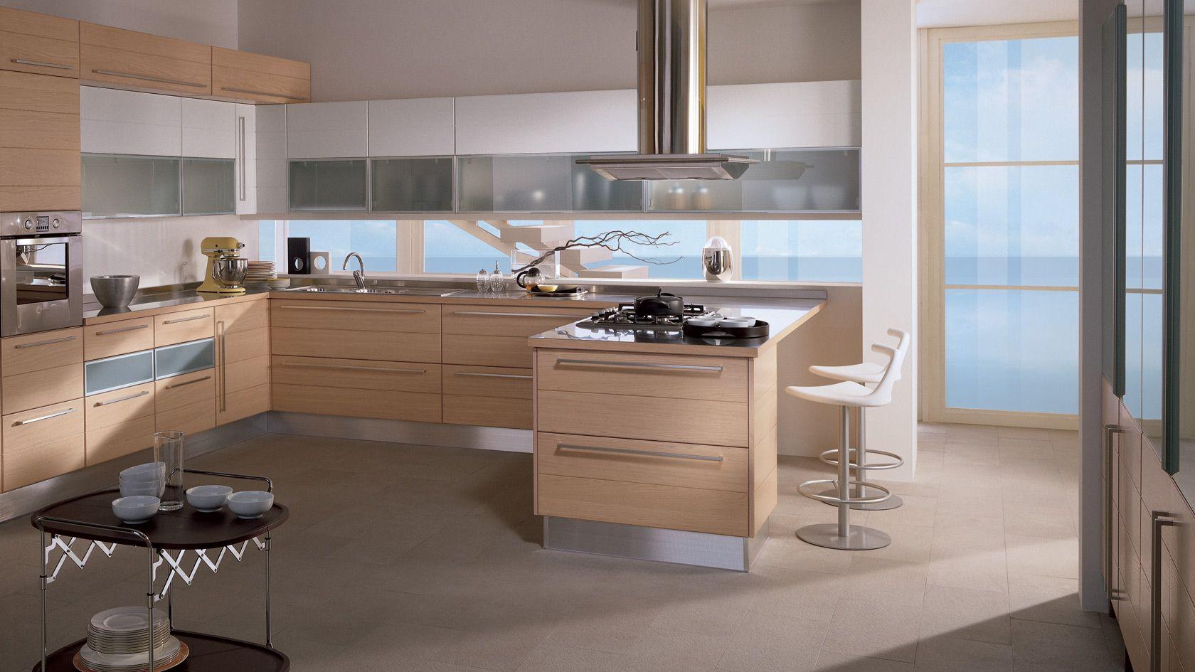Bella cucina con penisola e finestra livello banco lavoro for Bella cucina kitchen cabinets
