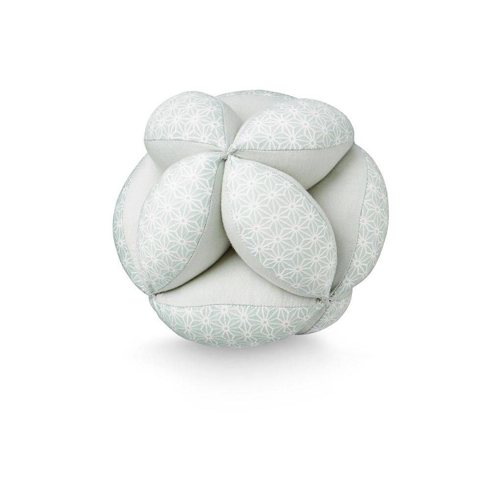 Prachtig vormgegeven bal waar jouw kleintje fijn mee kan spelen. Heeft een belletje binnenin en hij stimuleert baby's zintuigen en grijpreflexen.
