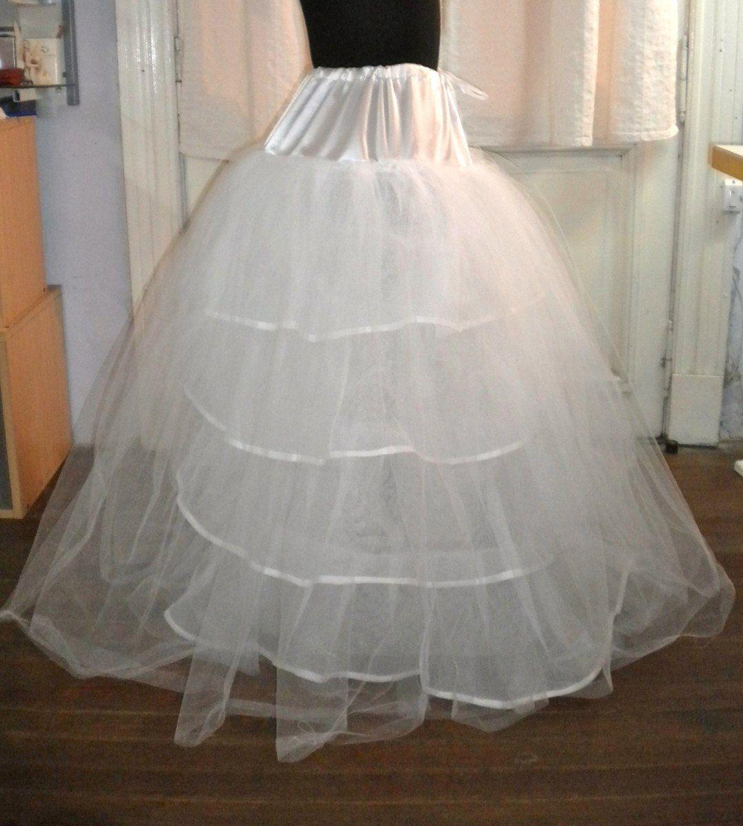ENAGUA prenda de vestir de la mujer, especie de saya por lo general de tela blanca que se usa por debajo de la falda exterior