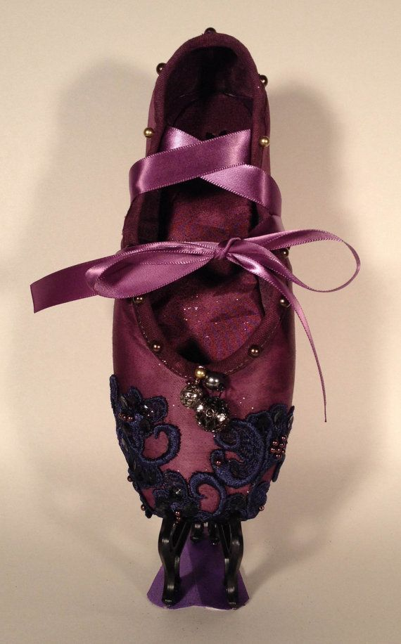 the-luna-decorated-pointe-shoe