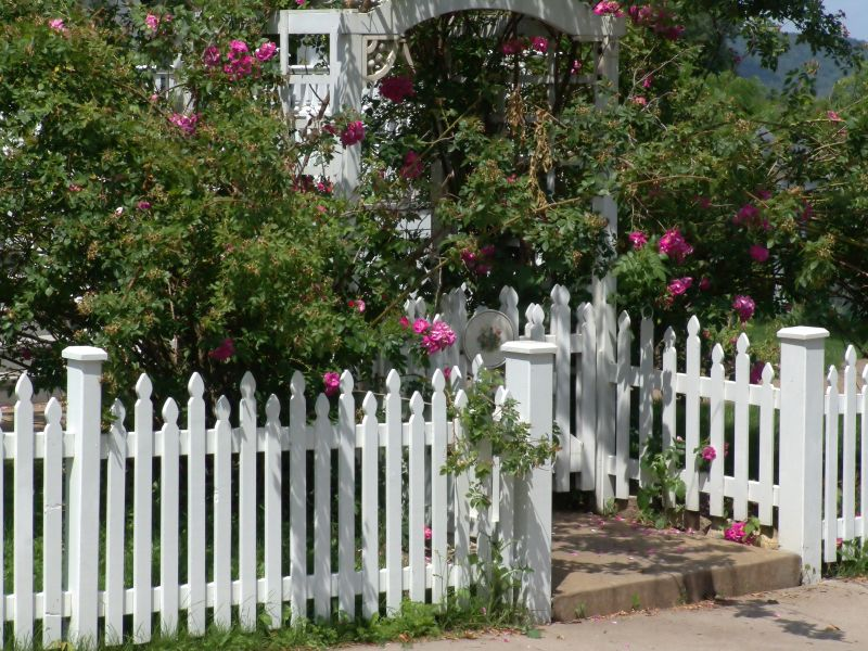 26 White Picket Fence Ideas And Designs Fence Design Backyard