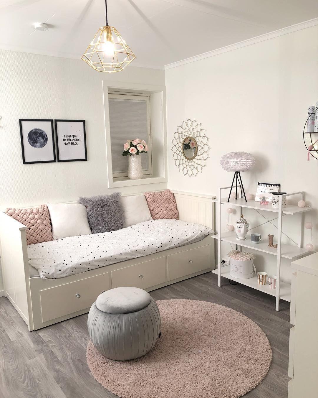 Noen som gleder seg til påske? 🐣🐣 • • Jeg skal skrive på bachelor og ta en bitteliten påskeferie på fjellet✨✨ ~~~~~~~~~~~~~~~~~~~~~~~~~~~~~~~~~~~ #interiør#interiørdesign #interiørdetaljer #interior #interiores #interiör #interiors #myinterior #interiordesign #sittpuff #inredning #design #bedroom #pink #hem #heminspiration #hjem #bolig #boligstyling #boligpluss #stue #boliginspiration #inredning #finehjem #nordiskehjem #norskehjem #innredning #jenterom #barnerom #seng  @interior4inspo  @homead