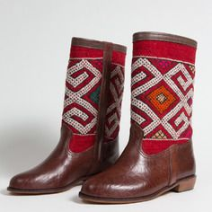 www.cewax.fr aime les chaussures de style ethnique, tendance tribale. Retrouvez tous les articles sur la mode afro sur le blog de CéWax: http://cewax.wordpress.com/ et des sacs et bijoux ethniques en boutique: http://cewax.alittlemarket.com. #African prints shoes african prints pattern fabrics, kitenge, kanga, pagne, mudcloth, bazin, Style ethnique, tribal, #wax, #ankara, #kente, #bogolan, #Africanprintfashion, #ethnotendance - Bottes couleur marron/rouge. réf. : lb1-42