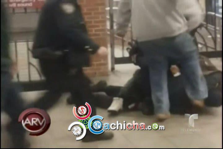 Policía Agresivo Patea A Otro Policía En La Cabeza #Video