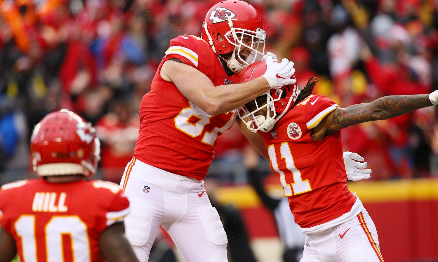 Kansas City Chiefs Mobile Kansas City Chiefs Tight End Travis Kelce 87 And Kansas City Chiefs Wide R In 2020 Arrowhead Stadium Football Helmets Los Angeles Chargers