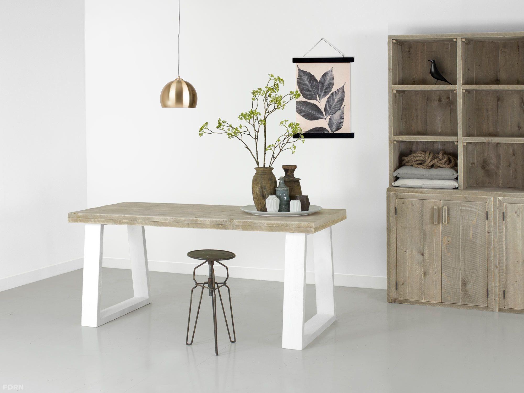 """Deze steigerhouten eettafel """"Ravine"""" heeft prachtige witte poten. In iedere maat kunnen we deze tafel voor je maken! Levertijd is twee weken."""