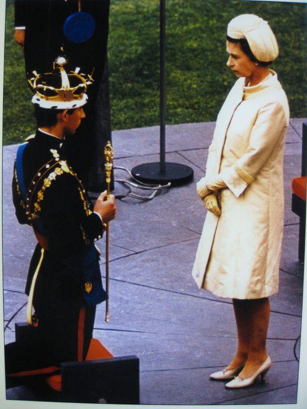 La Reina Isabel II en el momento que el Príncipe Carlos , recibe al sable que lo confirma como Príncipe de Gales en 1969