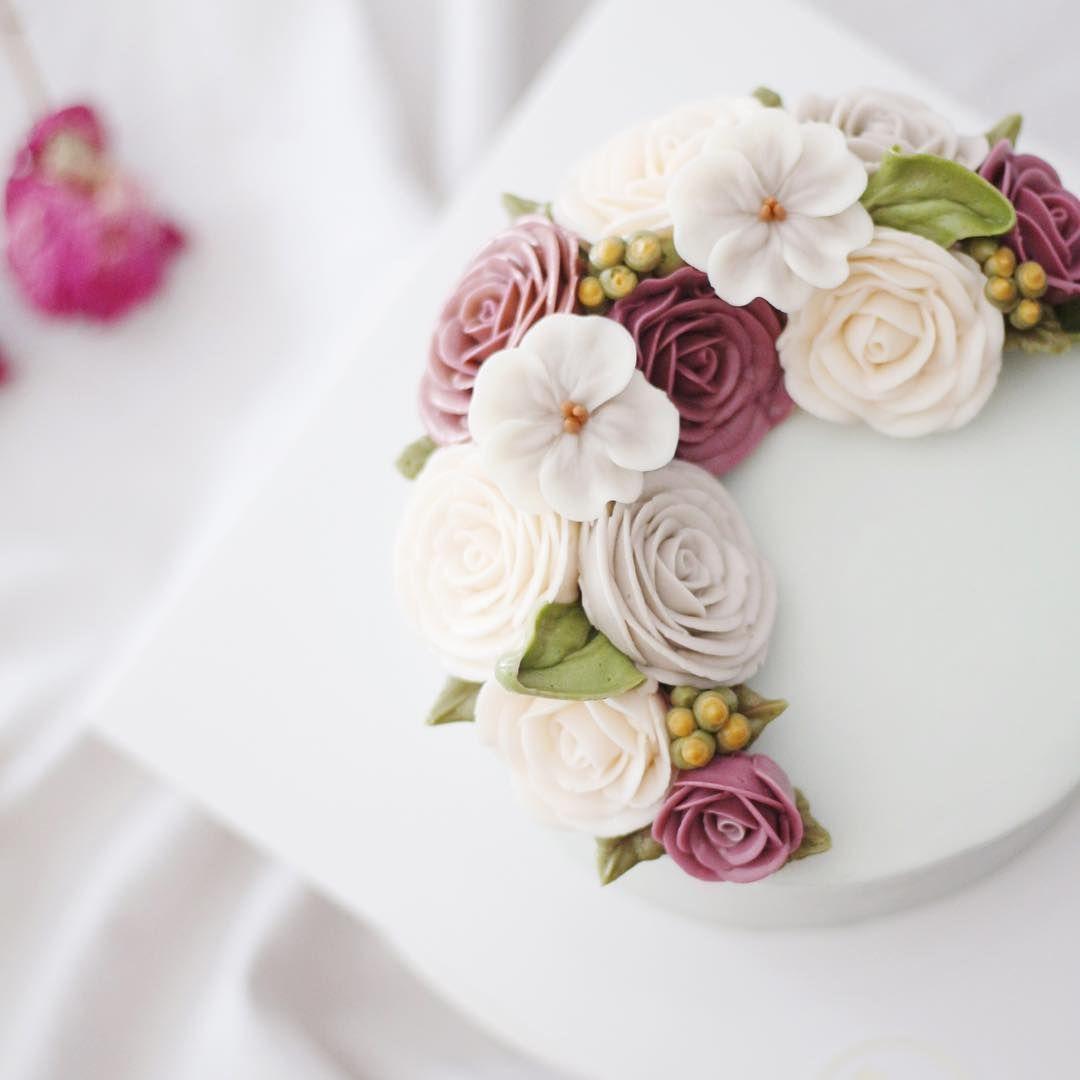 비내린 오늘이랑 너무 잘 어울리는, 차분  #flowercake #buttercreamcake #studentswork #foodporn #koreaflowercake #piping #butter #handmade #specialcake #am1122cake #basiccourse #wiltoncake #wilton #florist #flower #플라워케이크 #버터크림 #베이직코스 #수제케이크 #꽃스타그램 #케익스타그램 #플라워케익 #꽃케이크 #천호동 #주문케이크 #鲜花蛋糕 #생신케이크  Basic course 1st Flower cake