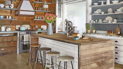 Küche Mit Kochinsel Holzverkleidung Wand Offene Regale