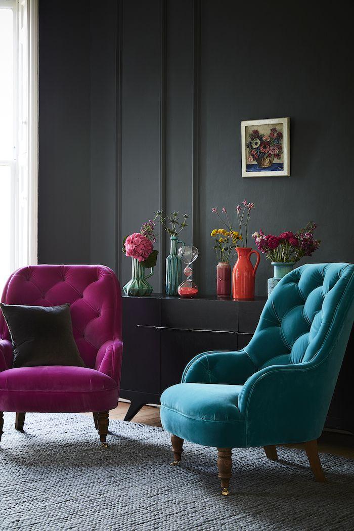 wand streichen ideen wohnzimmer, knallrosa und türkisfarbener sessel