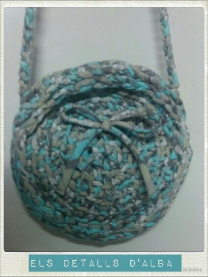 Bolso de trapillo pequeño, en color gris, blanco y aguamarina, hecho