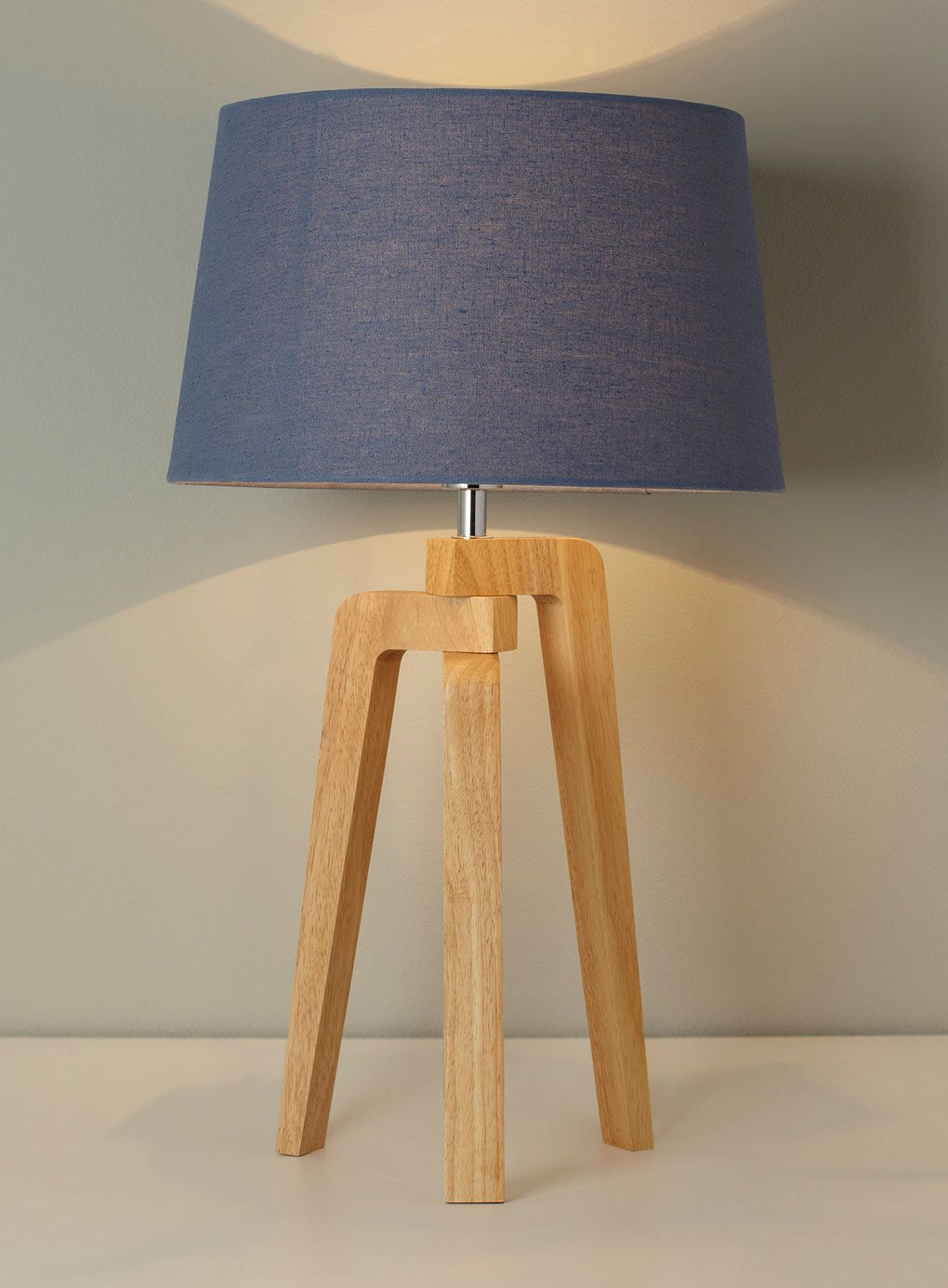 Coby Tripod Table Lamp Price £40.00 Abajur de madeira