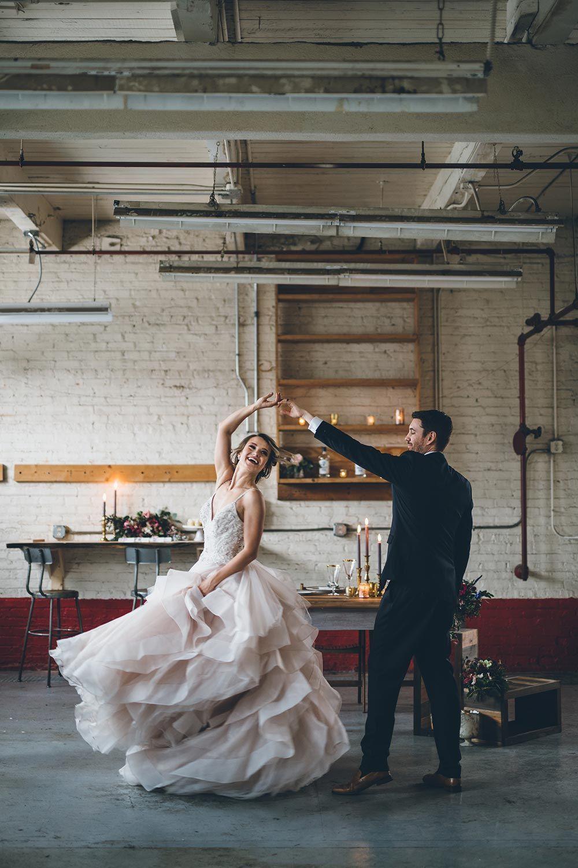 Photo of Poetic Warehouse Hochzeit Inspiration mit gekräuselten Details R …