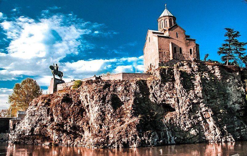 Храм Метехи / მეტეხის ღვთისმშობლის შობის ტაძარი. церковь во имя Успения  Пресвятой Богородицы в Тбилиси, в подчинении Грузинской православной  церкви. Расположен…