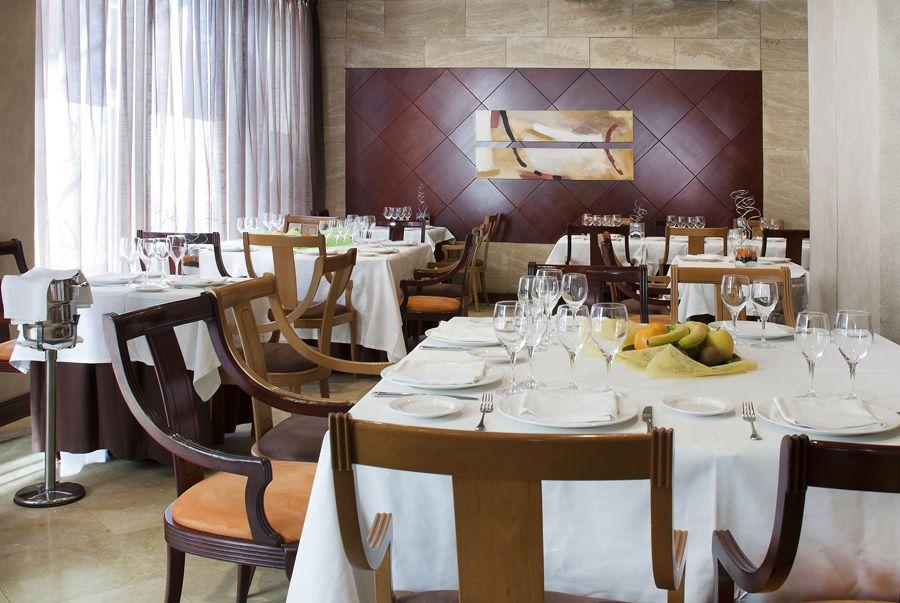 Hotel Silken Reino de Aragón Zaragoza - Restaurante Los Fueros. Un espacio luminoso, tranquilo, con una zona reservada, dónde podrá disfrutar de una gastronomía adaptada a nuestros días sin perder un ápice de calidad, cuidado y mimo en cada uno de nuestros platos. http://www.hoteles-silken.com/hoteles/reino-de-aragon-zaragoza/restaurantes/